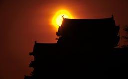 Puesta del sol sobre el castillo de Himeji Foto de archivo libre de regalías
