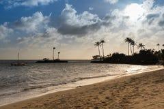 Puesta del sol sobre el catamarán y la playa en Kahala, Hawaii fotografía de archivo