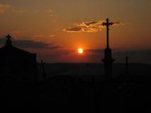 Puesta del sol sobre el cementerio Imágenes de archivo libres de regalías