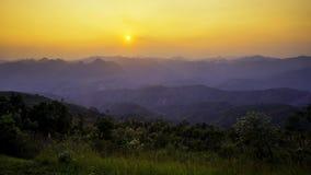 Puesta del sol sobre el complejo de la montaña Fotografía de archivo