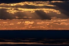 Puesta del sol sobre el depósito de Ob foto de archivo
