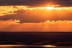 Puesta del sol sobre el depósito de Ob fotografía de archivo