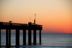 Puesta del sol sobre el embarcadero de la pesca Fotos de archivo libres de regalías