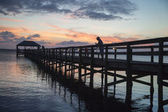 Puesta del sol sobre el embarcadero de la pesca de Melbourne Imagen de archivo libre de regalías