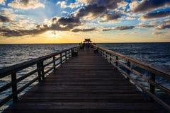 Puesta del sol sobre el embarcadero de la pesca en Nápoles, la Florida Imagenes de archivo