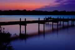 Puesta del sol sobre el embarcadero en el lago blanco rock Imagen de archivo
