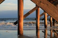 Puesta del sol sobre el embarcadero del océano de Atlantaic imagen de archivo libre de regalías