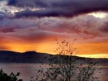Puesta del sol sobre el estrecho de Messina fotografía de archivo