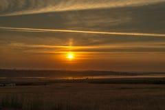Puesta del sol sobre el estuario fotografía de archivo libre de regalías