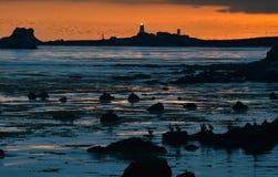 Puesta del sol sobre el faro de Piedras Blancas y el coastl rugoso de Big Sur Fotos de archivo