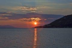 Puesta del sol sobre el golfo del Corinthian del mar jónico Foto de archivo libre de regalías