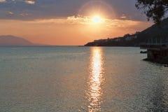 Puesta del sol sobre el golfo del Corinthian del mar jónico Fotografía de archivo