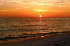 Puesta del sol sobre el golfo de México Fotos de archivo