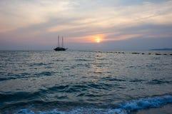 Puesta del sol sobre el golfo de Tailandia Foto de archivo libre de regalías