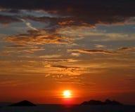 puesta del sol sobre el horizonte Fotos de archivo libres de regalías