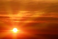 puesta del sol sobre el horizonte Imagen de archivo libre de regalías