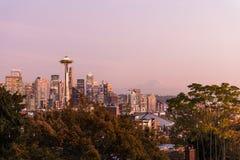 Puesta del sol sobre el horizonte de la ciudad de Seattle y del perfil del Monte Rainier en el fondo fotos de archivo