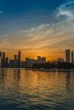 Puesta del sol sobre el horizonte de Sharja Foto de archivo