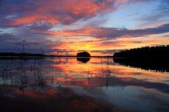 Puesta del sol sobre el lago Imagen de archivo