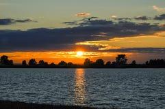 Puesta del sol sobre el lago Foto de archivo libre de regalías