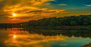 Puesta del sol sobre el lago Imágenes de archivo libres de regalías