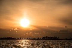Puesta del sol sobre el lago Fotografía de archivo libre de regalías