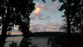 Puesta del sol sobre el lago Fotos de archivo
