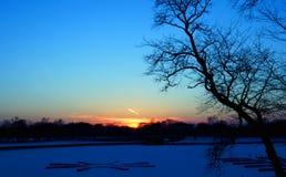 Puesta del sol sobre el lago fotos de archivo libres de regalías