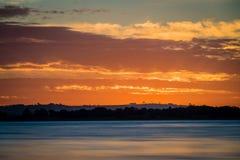 Puesta del sol sobre el lago Colac en Victoria, Australia imagen de archivo