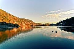 Puesta del sol sobre el lago congelado Fotografía de archivo libre de regalías