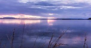 Puesta del sol sobre el lago congelado en Islandia almacen de metraje de vídeo