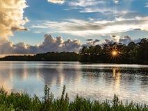 Puesta del sol sobre el lago creek de la montaña fotografía de archivo