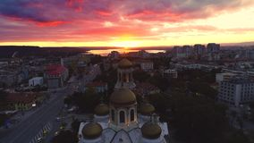 Puesta del sol sobre el lago de la ciudad y del mar Vista aérea de Varna, de Bulgaria y de la catedral de la suposición almacen de video