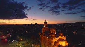 Puesta del sol sobre el lago de la ciudad y del mar Vista aérea de Varna, de Bulgaria y de la catedral de la suposición almacen de metraje de vídeo
