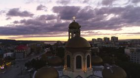 Puesta del sol sobre el lago de la ciudad y del mar Vista aérea de Varna, de Bulgaria y de la catedral de la suposición metrajes