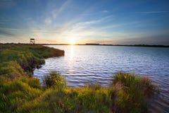 Puesta del sol sobre el lago en Meerstad fotos de archivo