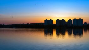 Puesta del sol sobre el lago en Minsk, el distrito de Chizhovka belarus Fotos de archivo libres de regalías