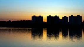 Puesta del sol sobre el lago en Minsk, el distrito de Chizhovka belarus Imágenes de archivo libres de regalías