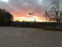 Puesta del sol sobre el lago en el parque Cielo multicolor hermoso Fotos de archivo