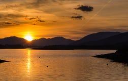 Puesta del sol sobre el lago escocés Fotos de archivo