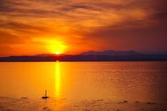 Puesta del sol sobre el lago Garda Fotos de archivo libres de regalías