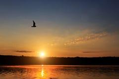 Puesta del sol sobre el lago nubes coloridas en el cielo, reflejado en el agua Fotos de archivo