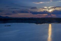 Puesta del sol sobre el lago o el mar Imagen de archivo libre de regalías