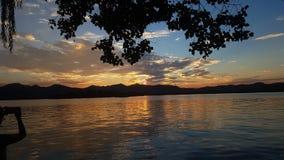 Puesta del sol sobre el lago del oeste imagen de archivo libre de regalías