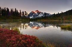 Puesta del sol sobre el lago picture Foto de archivo libre de regalías