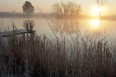 Puesta del sol sobre el lago pintoresco Imagenes de archivo
