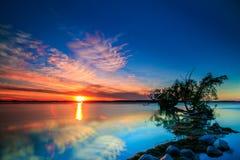 Puesta del sol sobre el lago rice Fotos de archivo libres de regalías