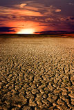 Puesta del sol sobre el lago seco imagen de archivo