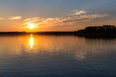 Puesta del sol sobre el lago Svet - Trebon, República Checa Imágenes de archivo libres de regalías