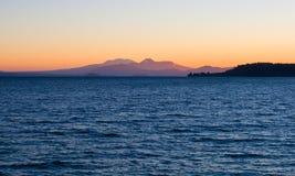 Puesta del sol sobre el lago Taupo Imágenes de archivo libres de regalías